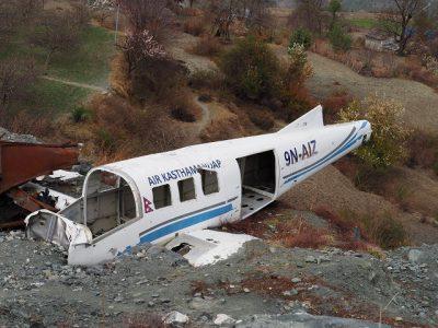 空港の脇にあった墜落した飛行機の残骸